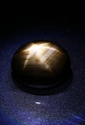 Schwarzer Stern-Saphir