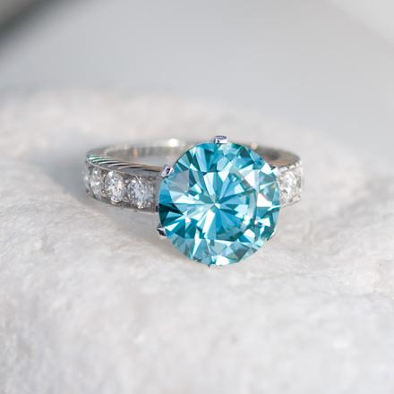 Ring mit einem blauen Diamanten