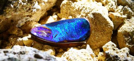 Boulder-Opal mit Farbspiel